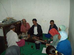 Warga Mandalamekar sedang melakukan siaran langsugn cianjuran dari Studio Ruyuk FM